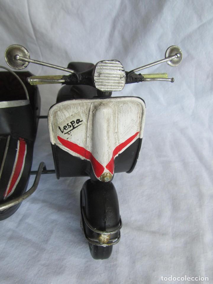 Juguetes antiguos de hojalata: Vespa de chapa con sidecar - Foto 8 - 221392041