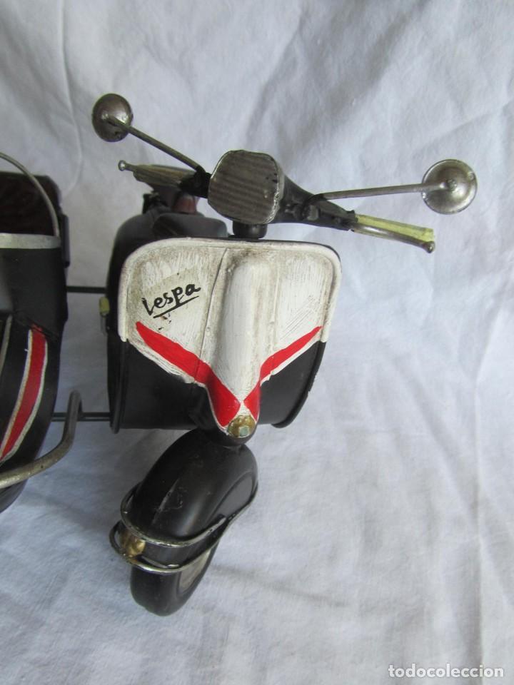 Juguetes antiguos de hojalata: Vespa de chapa con sidecar - Foto 9 - 221392041