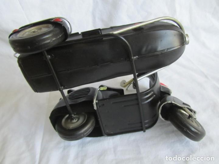 Juguetes antiguos de hojalata: Vespa de chapa con sidecar - Foto 10 - 221392041