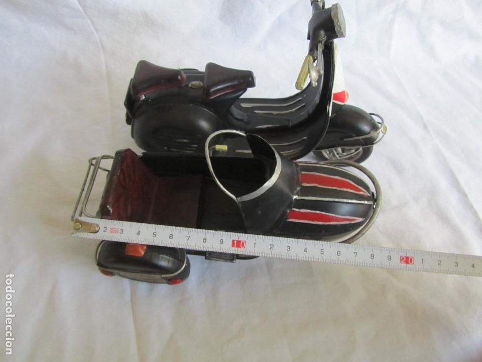Juguetes antiguos de hojalata: Vespa de chapa con sidecar - Foto 11 - 221392041