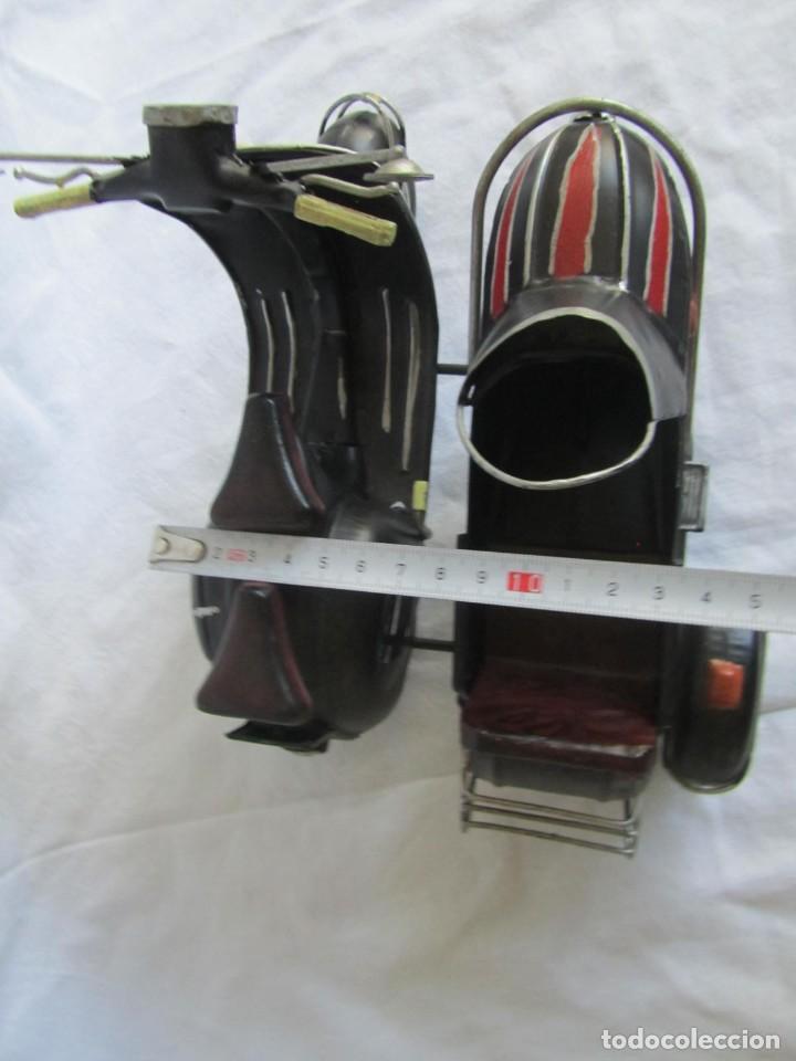 Juguetes antiguos de hojalata: Vespa de chapa con sidecar - Foto 12 - 221392041