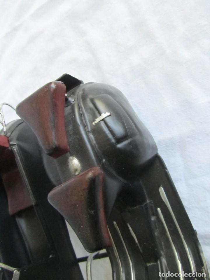 Juguetes antiguos de hojalata: Vespa de chapa con sidecar - Foto 13 - 221392041