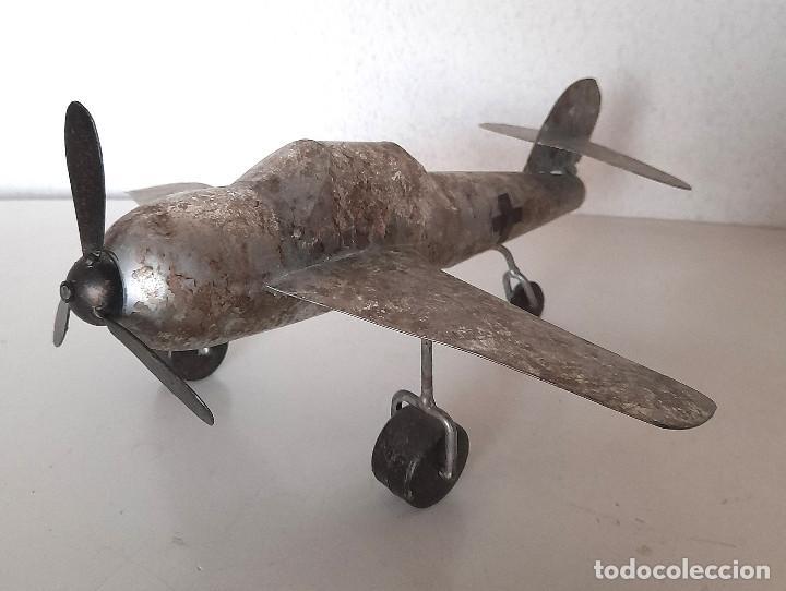 Juguetes antiguos de hojalata: Gran Avión de metal chapa hélice y ruedas giran mide 34 cm de ala a ala - Foto 2 - 221458771