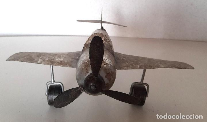 Juguetes antiguos de hojalata: Gran Avión de metal chapa hélice y ruedas giran mide 34 cm de ala a ala - Foto 4 - 221458771