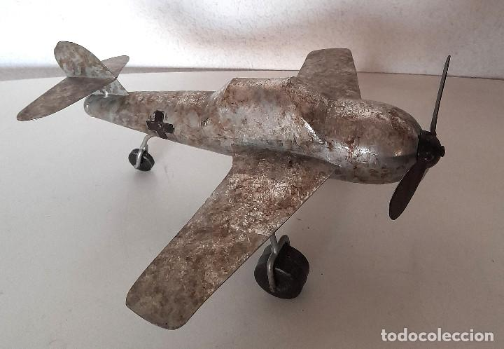 Juguetes antiguos de hojalata: Gran Avión de metal chapa hélice y ruedas giran mide 34 cm de ala a ala - Foto 6 - 221458771