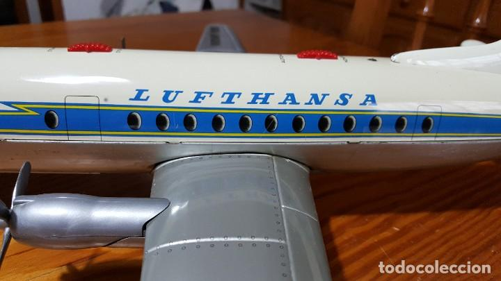 Juguetes antiguos de hojalata: AVION SCHUCO ELEKTRO RADIANT 5600 LUFTHANSA. WEST GERMANY, AÑOS 50. VER FOTOS Y VIDEO. - Foto 8 - 221534208