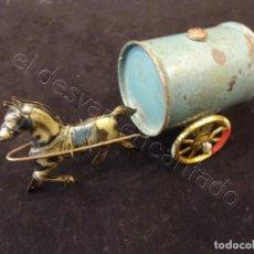 Juguetes antiguos de hojalata: ANTIGUO CABALLITO CON CISTERNA DE HOJALATA LITOGRAFIADA. MIDE 11 CTMS. Lote 221557448