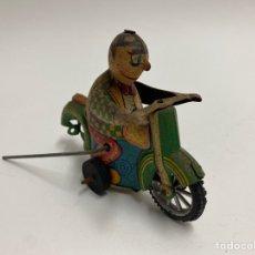 Juguetes antiguos de hojalata: JUGUETE DE LATA. MOTORISTA.. Lote 221936043