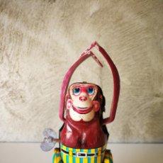 Juguetes antiguos de hojalata: ANTIGUO MONO A CUERDA MADE IN JAPAN. Lote 222377803