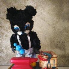 Juguetes antiguos de hojalata: BLACKSMITH BEAR MADE IN JAPAN. Lote 222378976