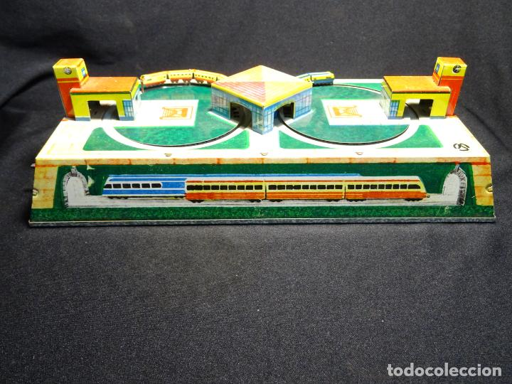 Juguetes antiguos de hojalata: Original plataforma tren a cuerda. años 1950.Funcionando, con su llave.Yonezawa. estaciones - Foto 2 - 222475013