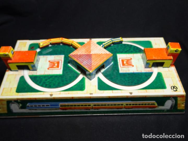 Juguetes antiguos de hojalata: Original plataforma tren a cuerda. años 1950.Funcionando, con su llave.Yonezawa. estaciones - Foto 3 - 222475013