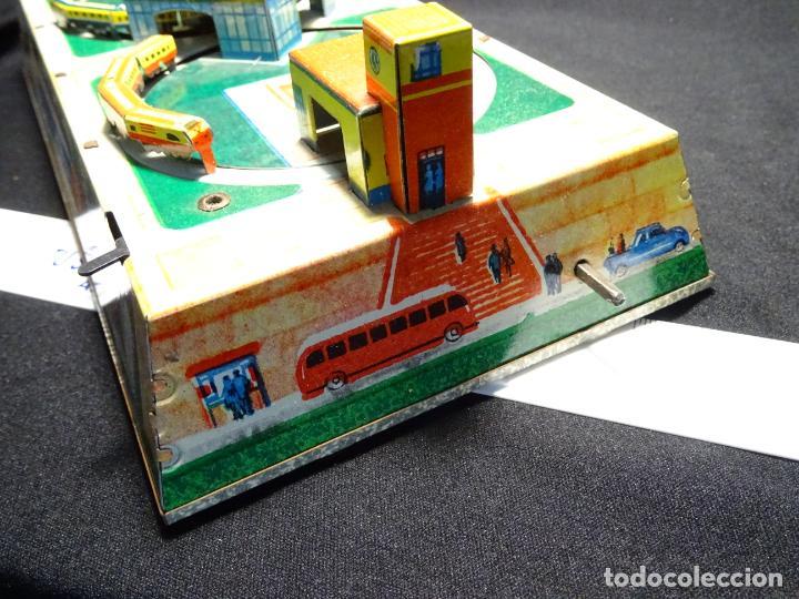 Juguetes antiguos de hojalata: Original plataforma tren a cuerda. años 1950.Funcionando, con su llave.Yonezawa. estaciones - Foto 4 - 222475013
