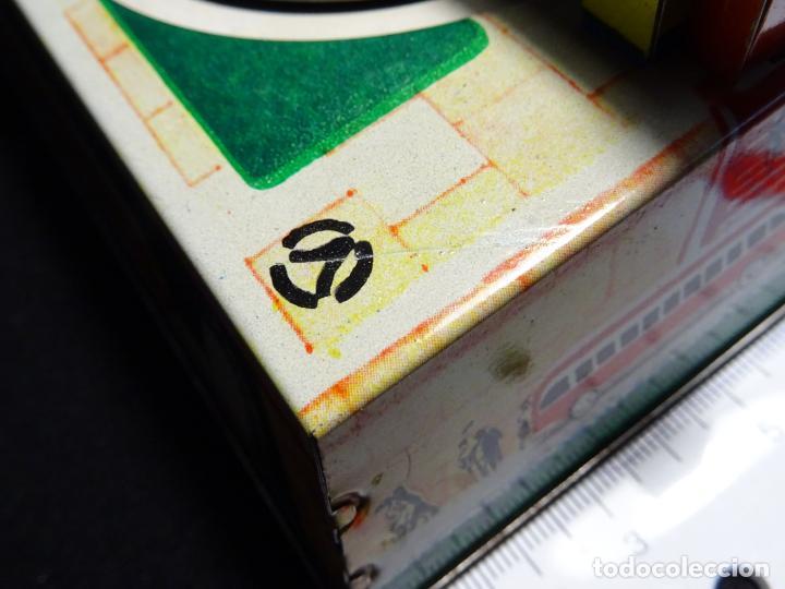 Juguetes antiguos de hojalata: Original plataforma tren a cuerda. años 1950.Funcionando, con su llave.Yonezawa. estaciones - Foto 5 - 222475013