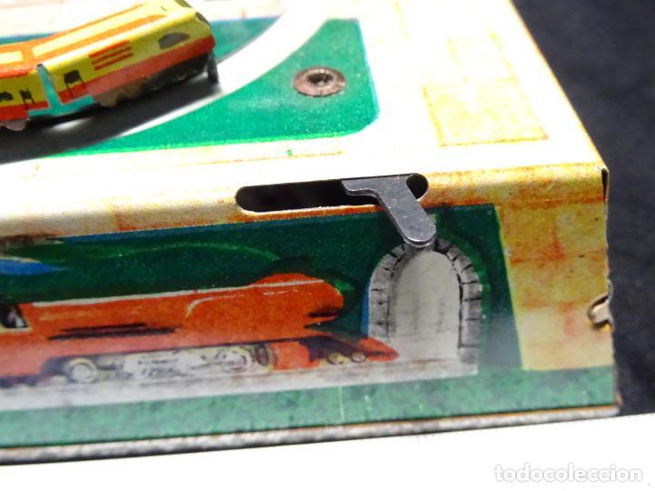 Juguetes antiguos de hojalata: Original plataforma tren a cuerda. años 1950.Funcionando, con su llave.Yonezawa. estaciones - Foto 6 - 222475013