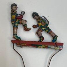 Juguetes antiguos de hojalata: FIGURA MOVIL DE LATA PAREJA DE BOXEADORES.. Lote 222561588
