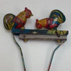 Juguetes antiguos de hojalata: JUGUETE MOVIL DE LATA, PAREJA DE GALLINAS.. Lote 222561838