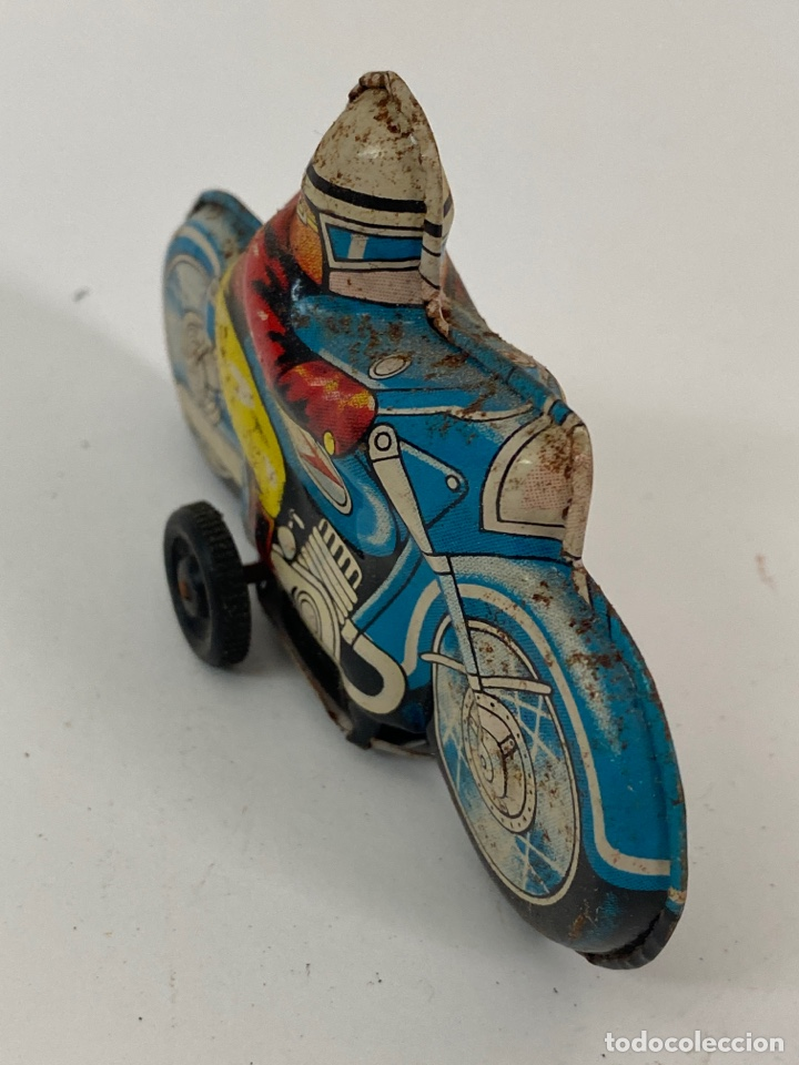 Juguetes antiguos de hojalata: JUGUETE MOTORISTA DE LATA. S.XX. - Foto 2 - 222672225