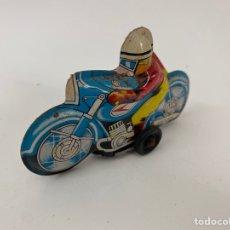 Juguetes antiguos de hojalata: JUGUETE MOTORISTA DE LATA. S.XX.. Lote 222672225