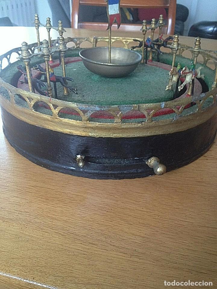 Juguetes antiguos de hojalata: MAGNIFICO Y RARO JUEGO DE CARRERAS DE CABALLOS 32 cm DIAMETRO ALTURA 20 cm FUNCIONANDO - Foto 2 - 223042186