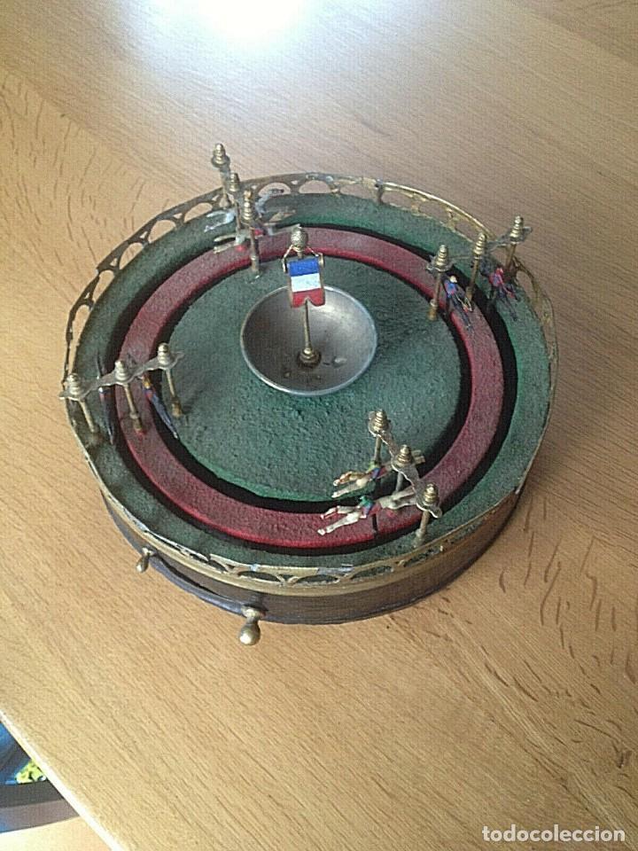 Juguetes antiguos de hojalata: MAGNIFICO Y RARO JUEGO DE CARRERAS DE CABALLOS 32 cm DIAMETRO ALTURA 20 cm FUNCIONANDO - Foto 3 - 223042186
