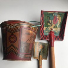 Juguetes antiguos de hojalata: ENVÍO 6€ . CUBO DE PLAYA RICO 12 DIÁMETRO X11CM DE ALTO CON DOS PALETAS DE VIGUESA REY. ANOS 30. Lote 223198958