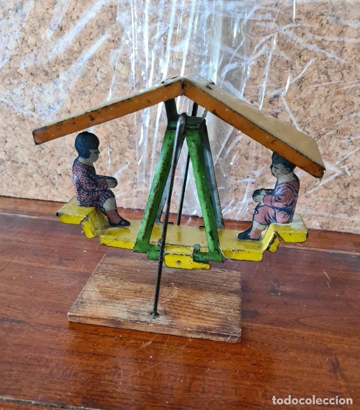 Juguetes antiguos de hojalata: ANTIGUO COLUMPIO. PENNY PICKWIC. AÑOS 1920 - Foto 2 - 226104760
