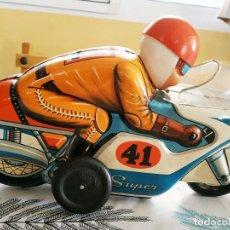 Jouets anciens en fer-blanc: MOTO EN CHAPA TROQUELADA TRADE MARK MODERN TOYS JAPON. FUNCIONA A PILAS MIDE 30/20/10. Lote 227776070