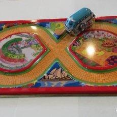 Juguetes antiguos de hojalata: COCHE CON CUERDA QUE RECORRE CIRCUITO, HOJALATA. NUEVO.. Lote 229103590