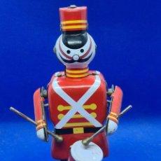Juguetes antiguos de hojalata: BONITO SOLDADITO INGLES TOCANDO EL TAMBOR DE HOJALATA. Lote 232823650