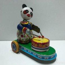 Juguetes antiguos de hojalata: OSO CON TAMBOR DE HOJALATA A CUERDA - FUNCIONANDO. Lote 234175175
