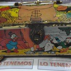 Juguetes antiguos de hojalata: ANTIGUA HUCHA DE HOJALATA DEL PATO DONALD Y EL TIO GILITO. Lote 235310165