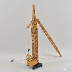Juguetes antiguos de hojalata: LIEBHERR GRÚA TORRE DE METAL GRANDE JUGUETES GESCHA 42 CENTIMETROS ESCALA 1:50 190.00 EUROS. Lote 235856095
