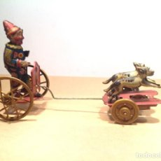Juguetes antiguos de hojalata: PAYASO CON PERROS DE PAYA. Lote 235922745