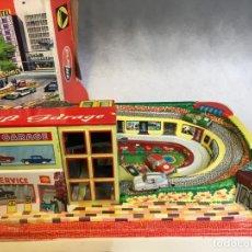 Brinquedos antigos de folha-de-Flandres: GARAGE LIFT DE PLAYME MODELO 308 TECHNOFIX PISTA DE COCHES A CUERDA. Lote 236168460