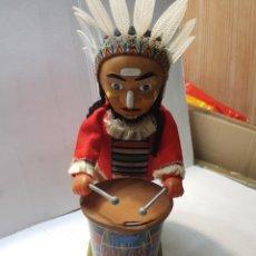 Juguetes antiguos de hojalata: AUTOMATA HOJALATA JAPONÉS NOMURA INDIO CON TAMBOR ESCASO. Lote 237540900