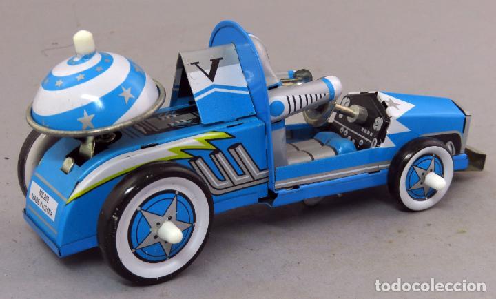 Juguetes antiguos de hojalata: Robot astronauta en bólido hojalata a cuerda Tin Toys Club del Libro Funciona - Foto 2 - 239427390