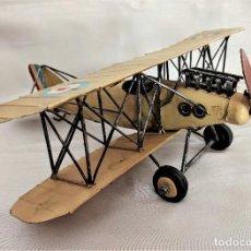 Brinquedos antigos de folha-de-Flandres: MAQUETA AVIÓN ANTIGUO DE CHAPA 30X30CM. Lote 240893660