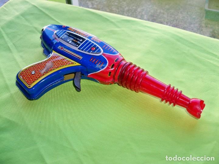 Juguetes antiguos de hojalata: Antigua pistola Espacial de chapa y platico SHUDO made in Japan - Foto 2 - 241551460