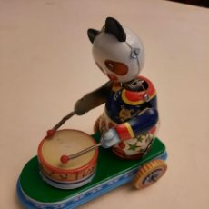 Juguetes antiguos de hojalata: LA OSA TAMBORILERA. Lote 242131055