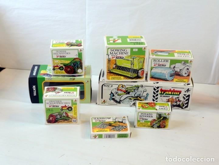 Juguetes antiguos de hojalata: Juguetes de hojalata Escala 1:25 Kovap tractor, dos remolques y juego de 6 herramientos a estrenar - Foto 2 - 244532190