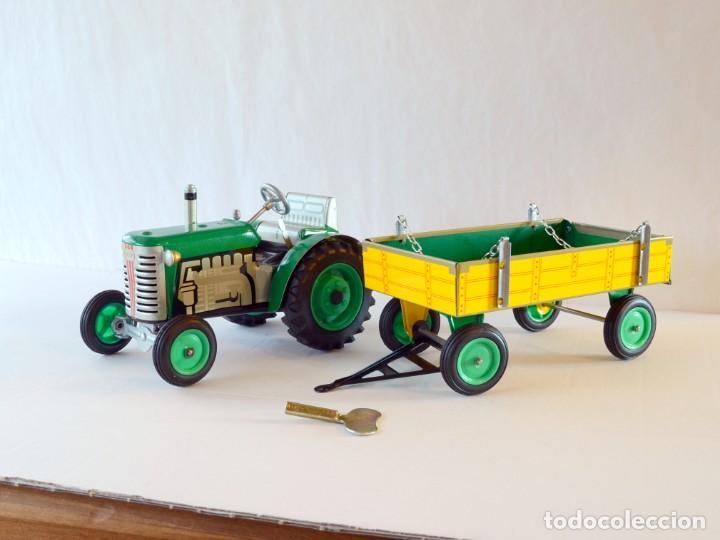 Juguetes antiguos de hojalata: Juguetes de hojalata Escala 1:25 Kovap tractor, dos remolques y juego de 6 herramientos a estrenar - Foto 3 - 244532190