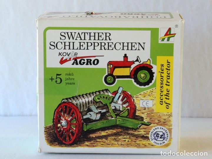 Juguetes antiguos de hojalata: Juguetes de hojalata Escala 1:25 Kovap tractor, dos remolques y juego de 6 herramientos a estrenar - Foto 6 - 244532190