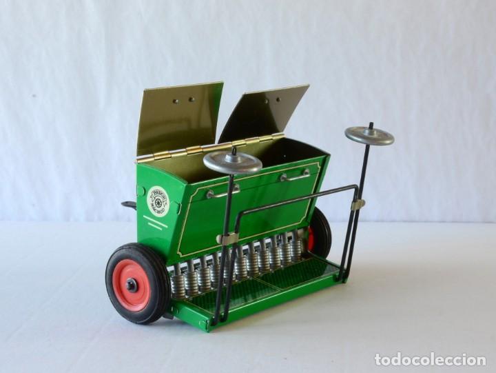 Juguetes antiguos de hojalata: Juguetes de hojalata Escala 1:25 Kovap tractor, dos remolques y juego de 6 herramientos a estrenar - Foto 7 - 244532190