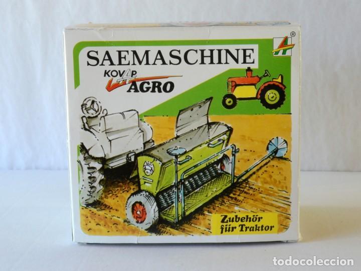 Juguetes antiguos de hojalata: Juguetes de hojalata Escala 1:25 Kovap tractor, dos remolques y juego de 6 herramientos a estrenar - Foto 8 - 244532190