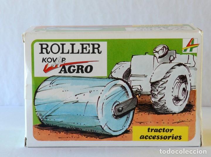Juguetes antiguos de hojalata: Juguetes de hojalata Escala 1:25 Kovap tractor, dos remolques y juego de 6 herramientos a estrenar - Foto 15 - 244532190