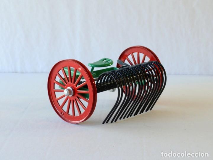 Juguetes antiguos de hojalata: Juguetes de hojalata Escala 1:25 Kovap tractor, dos remolques y juego de 6 herramientos a estrenar - Foto 17 - 244532190