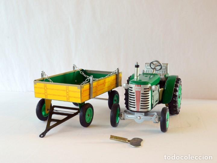 Juguetes antiguos de hojalata: Juguetes de hojalata Escala 1:25 Kovap tractor, dos remolques y juego de 6 herramientos a estrenar - Foto 18 - 244532190
