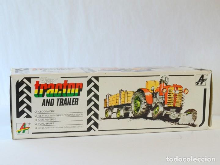 Juguetes antiguos de hojalata: Juguetes de hojalata Escala 1:25 Kovap tractor, dos remolques y juego de 6 herramientos a estrenar - Foto 19 - 244532190