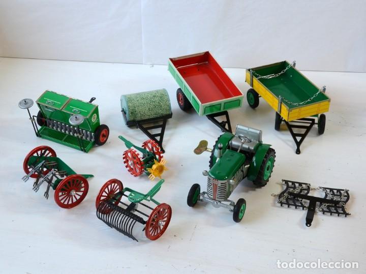 Juguetes antiguos de hojalata: Juguetes de hojalata Escala 1:25 Kovap tractor, dos remolques y juego de 6 herramientos a estrenar - Foto 20 - 244532190